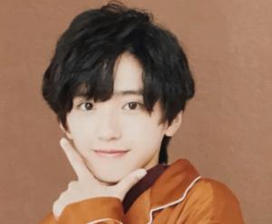 そして道枝さんは髪型についても、普段テレビに出るときなどは前髪はやや長めにストレートな髪ですが、ライブなどでは時にパーマをかけることがあり、どちらも魅力的